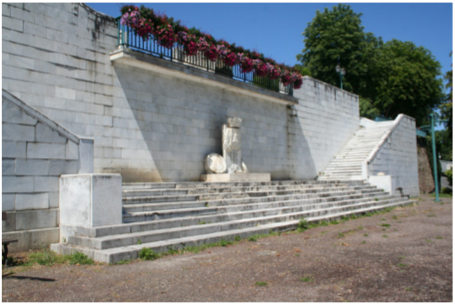 photographie de la sculpture d'Augustus Saint-Gaudens en bas du monument des Trois Maréchaux