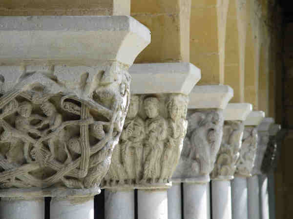 Photos des colonnes du cloître de la collégiale